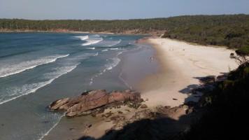 A droite, une plage