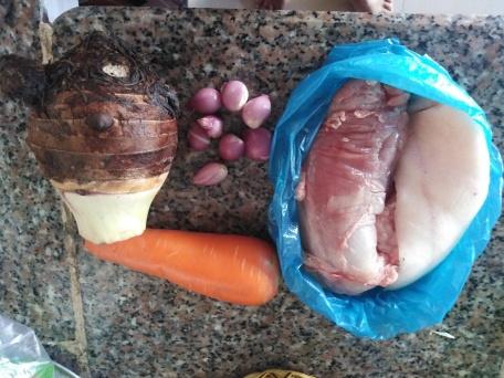 Taro, carotte, oignons, porc