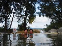 Arrière plan : le lac de Rotorua